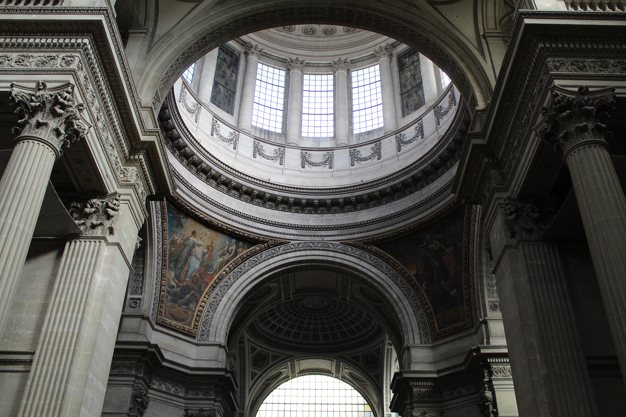 The oculus of the Panthéon with columns on either side of it.